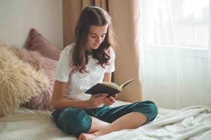 Junges Mädchen liest in der Bibel