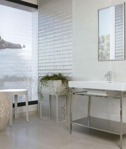 Badezimmer mit hellen, eleganten Fliesen