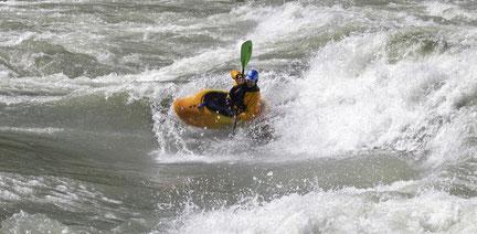 Sogar Michael hat mal wieder Spaß am Spielbootfahren - eine Welle ganz nach seinem Geschmack!