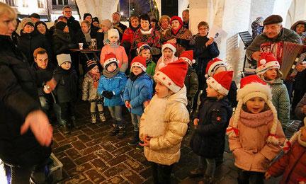 """Der Erkelenzer Kinderchor unter Leitung von Nadeshda Reder trug unter anderem das bekannte Zuckowski-Lied """"In der Weihnachtsbäckerei"""" vor, wobei Isabell Königs (vorne) als Solistin überzeugte, am Akkordeon begleitete Willi Zacher. FOTO: Klapproth"""