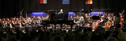 """Pianisten, Orchester und Big-Band - junge Musiker begeisterten in """"Classics in Concert"""", hier mit den jungen Pianisten Joline Schlimm und David Coopmann. FOTO: Jürgen Laaser"""