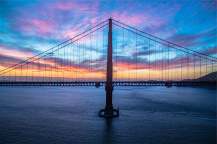 Brücke mit Sonnenuntergang, Brücke zur ressourcenvollen Gegenwart in der Traumatherapie. Foto Jared Erondu