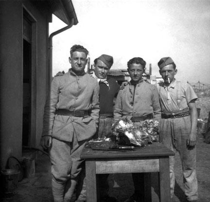 4 hommes de l'ouvrage découpant une bonne pièce de viande. Peut-être Binus? (Coll. Cauchy/Fort Casso)
