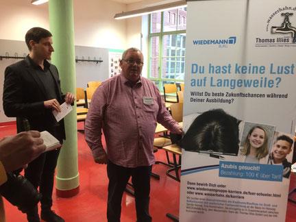 Thomas Lalla von der Wiedemann GmbH. Links: Lehrer Jonas Kahle. Foto: Alpha-Report