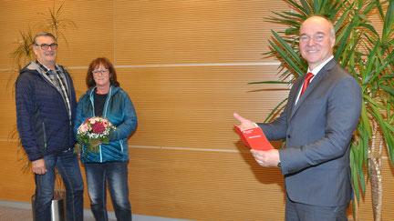 Markus Walsch (rechts) von der Kreissparkassen-Filiale in Königsbrunn gratuliert seinen Kunden Karin und Dieter Durner zum 10.000-Euro-Hauptgewinn beim PS-Sparen der bayerischen Sparkassen. Foto: Walter Kleber/Kreissparkasse