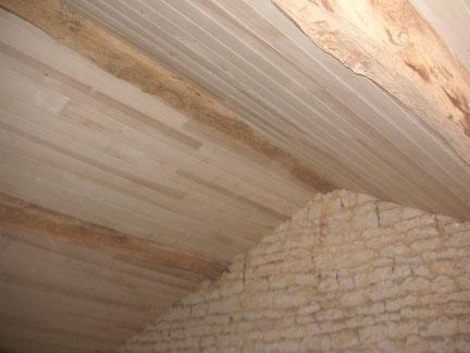Rénovation intérieure : charpente apparente en Lambris Peuplier et isolation en laine de Chanvre