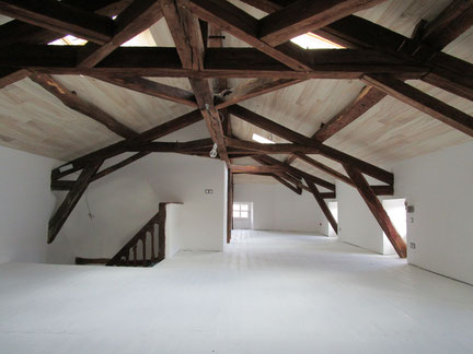 Rénovation intérieure : charpente apparente en lambris en peuplier et cloisons en plaque de plâtre