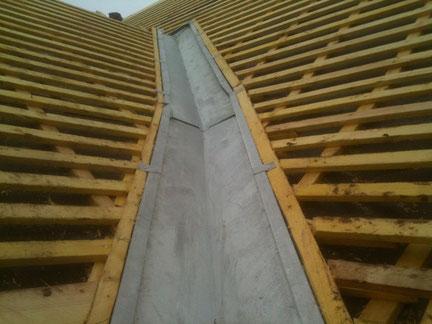 Zinguerie : réalisation d'une noue en Zinc en encastrée sur une toiture en ardoise