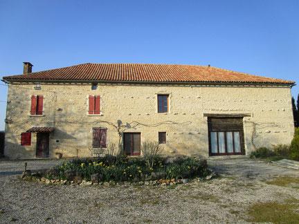 Façade : nettoyage de la toiture et de la façade et rejointoiement traditionnel à la chaux
