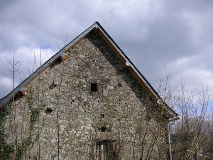 Couverture : habillage de la rive de toit avec des ardoises
