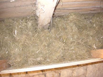 Isolation naturelle : isolation des combles avec de la laine de chanvre sur 30 centimètres d'épaisseur sous rampant