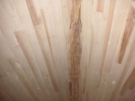 Rénovation intérieure : pose de Lambris qui suit la poutre de la charpente