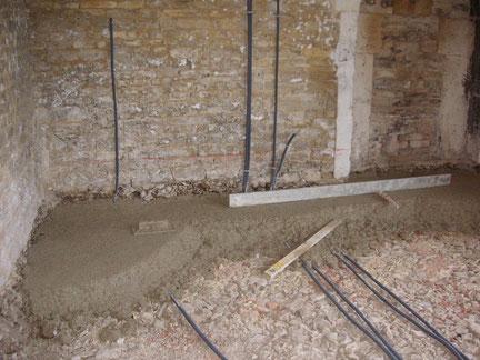 Isolation naturelle : réalisation d'une dalle en chaux chanvre sur 15 centimètres d'épaisseur