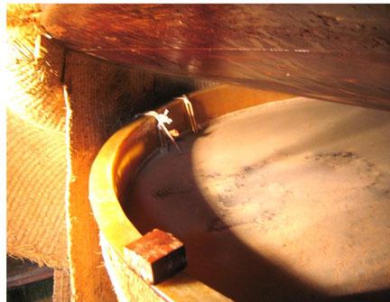 柿酢の樽に酢酸膜が張っている様子