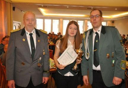 Kreisschützenmeister Otto Heinsohn, Lynn Glyschewski und Jugendleiter Tobias Ostrowski                                                                                    (Foto Bauer)