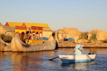 les bateaux en roseau des îles flottantes