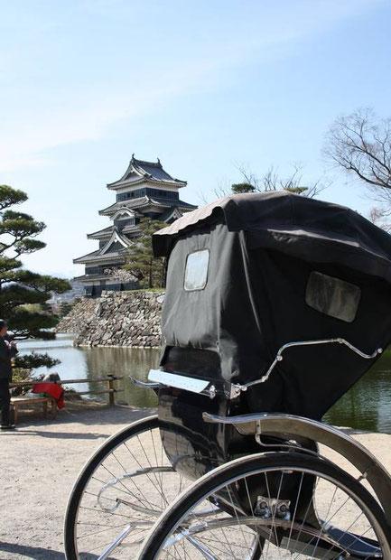 jinrikisha (pousse-pousse) devant les douves du Kuro-Mon