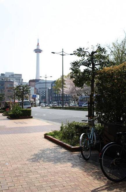 La Karasuma Dōri et la Kyōto Tower