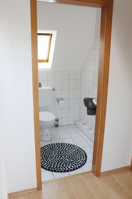 Zweite Toilette mit Kippfenster und Waschbecken