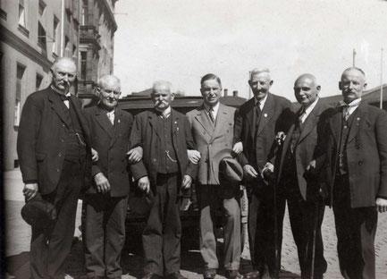 Erich Rose (Mitte) mit Herlag Mitarbeitern bei einem Ausflug in Oberbayern 1929*