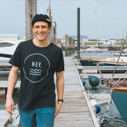 Der Gründer von SALZWASSER Jan Majora trägt das bio und fair produzierte NEY T-Shirt