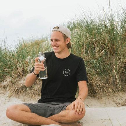 Der Mitgründer von SALZWASSER Lennart trägt das bio und fair produzierte Riffgatt T-Shirt.