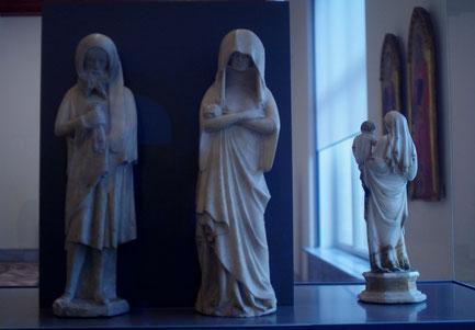 Zwei Trauernde, Neapel, 14 Jahrhundert, Marmor, von einem Grabmal stammend
