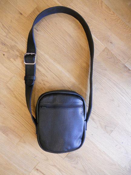 Sacoche cuir grainé vachette noir, doublé croûte de cuir, bandoulière réglable, trois poches. 99 euros.