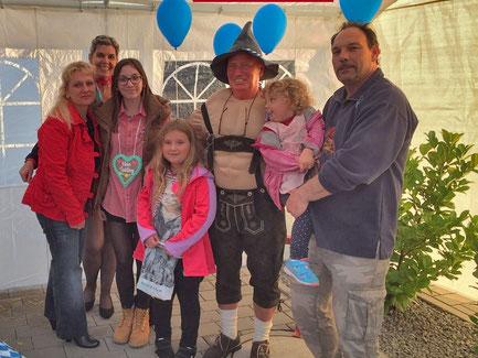 Links: Die Gewinnerin Nicole Freystedt aus Pfaffenhofen mit Freunden und Familie