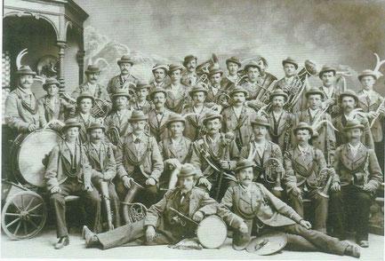 """Erste Einkleidung der Musikkapelle Natters mit der """"grauen"""" Uniform (1905)"""