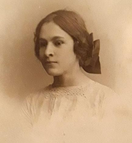 Елена Дмитриевна Дьяконова в юные годы. Любознательна, стройна и интересна