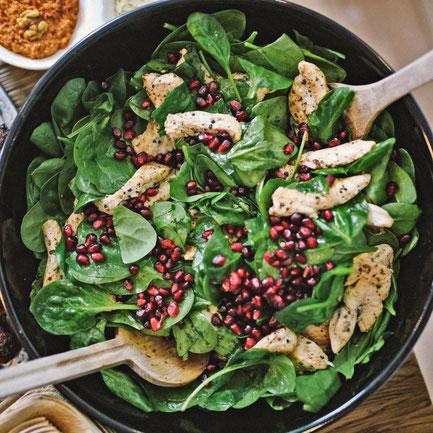 Protein Eiweiß Muskelaufbau Rezept Hähnchenbrust Spinat Granatapfel