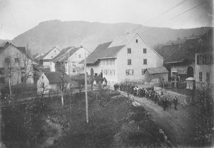 Blick auf die Hauptstrasse im Oberdorf, fotografiert aus dem 1. Stock des Hafnerei-Gebäudes (Foto: Arnold Walde, Hafner, um 1910)