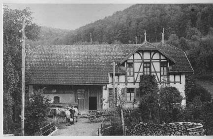 """Eines der Bauernhäuser ennet dem Bach: Das Haus der Familie Fricker """"Tanewääbers"""" (heute: Erwin Schmutz-Herzog)"""