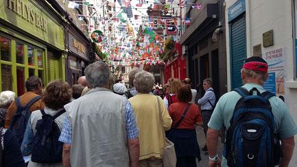Montag: Am letzten Tag verweilen wir in Dublin. Der Liffey Fluss teilt die Stadt in Nord und Süd: die Nordseite ist bekannt für Einkaufsstraßen, dem General Post Office und dem Custom House, die Südseite wirkt vornehmer.