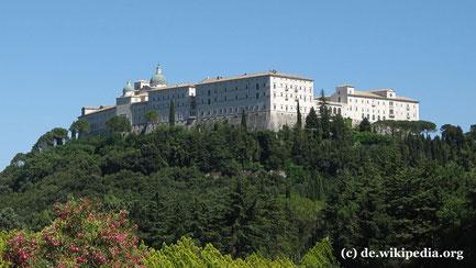Montag: Es geht nach Montecassino, wo wir der alten Benediktiner Abtei einen Besuch abstatten.