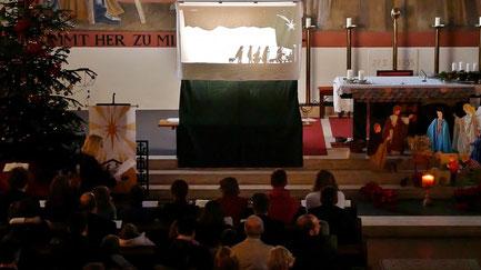 In der Kindermette wurde den Kindern die Geschichte der Herbergssuche und der Geburt von Jesus in einem Stall erzählt.