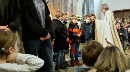 Ex-.Pfarrer Josef Markl segnet die Leiter und Kinder der neuen Gruppe und wünscht ihnen mit persönlichen Worten alles Gute.