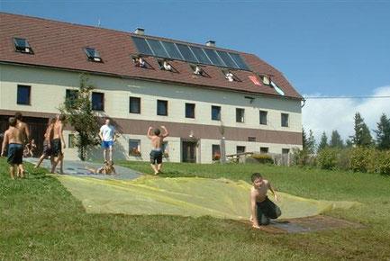 Das Ferienlager Plattenberg ist ein ein Selbstversorgerhaus und liegt im Mostviertel mit Ausblick auf Berge und Täler Oberösterreichs. Vor dem Haus erstreckt sich eine große Spielwiese, ein Waldstück und endlose Natur.