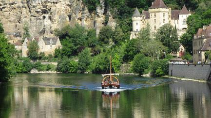 Dienstag: Am Programm steht das landschaftlich einzigartigen Flusstal der Dordogne, wo wir eine Bootsfahrt machen mit Blick auf die bewohnte Feklswand von Roque Gageac.