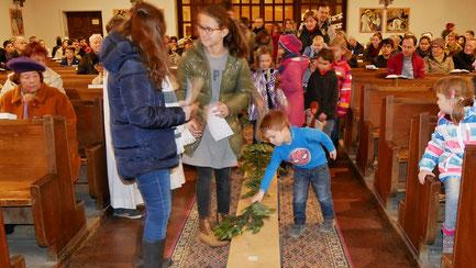 Am ersten Adventsonntag machen sich die Kinder auf den Weg nach Bethlehem. Sie legen Tannenzweige auf die Bänke, die den Weg symbolisieren, stellen Maria und Josef am Beginn des Weges auf und zünden die erste Kerze an.
