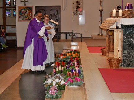 Am ersten Adventsonntag werden auch die mitgebrachten Adventkränze geweiht.