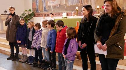 In der Messe am Christkönigssonntag stellen die Leiter der 3.Volksschul-Gruppe sich und die neuen Kinder vor.
