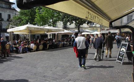 Sonntag: Nach der Landung in Paris geht es nach Tours, wo wir am Nachmittag einen Bummel durch das Viertel bem Place Plumereau machen.