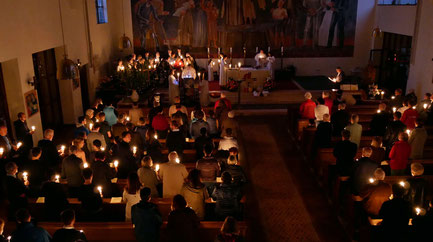 Die Osternachstmesse beginnt um 5:00 früh, wenn es draußen noch dunkel ist. Dabei wird die Osterkerze entzündet, geweiht, und das Osterlicht an die Gemeinde weitergereicht. Die Kerzen ergeben eine stimmungsvolle Atmosphäre. Foto vom Ostersonntag 2017.