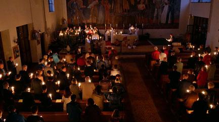 Die Osternachstmesse beginnt um 5:00 früh, wenn es draußen noch dunkel ist. Dabei wird die Osterkerze entzündet, geweiht, und das Osterlicht an die Gemeinde weitergereicht. Die Kerzen ergeben eine stimmungsvolle Atmosphäre. Foto vom Ostersonntag 2019.