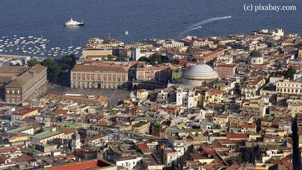 Dienstag: Vor dem Rückflug nach Wien geht es noch auf einen Stadtrundgang durch die Altstadt von Neapel.