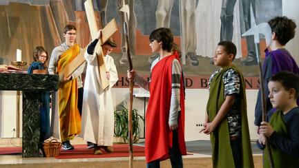 In der Messe am Palmsonntag spielen Jungscharkinder den Leidensweg Jesu vom letzten Abendmahl bis zur Kreuzigung. Wir haben für Sie die Kinderpassion in Bild und Text festgehalten (Foto von der Kinderpassion 2019).