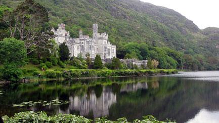 Dienstag: Fahrt in die romantische Region Connemara, ein Land der Berge, Seen und Moore. Foto zeigt die Kylemore Abbey, die versteckt in einem bewaldeten Tal an einem majestätischen See liegt