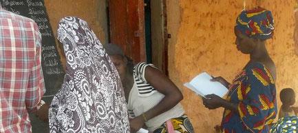 """In Mali gibt es viele Analphabeten ohne Chance auf einen Job, darunter zwei Drittel Frauen. Das Projekt """"Werkzeuge des Wissens"""" soll jungen Erwachsenen ermöglichen Lesen und Schreiben zu lernen und mit diesem Wissen einen Beruf zu erlernen."""